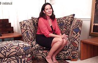 دختر در جوراب مشکی که کیرکوس خارجی روی تخت انگشت می زند